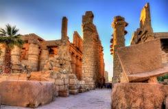 Sikt av den stora Hypostyle Hallen in på Karnak Royaltyfri Bild