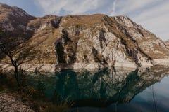 Sikt av den stora kanjonen av floden Piva L?gest?llenationalpark Durmitor, Pluzine stad, Montenegro, Balkans, Europa Scenisk bild royaltyfri fotografi