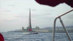 Sikt av den stora katamaran med det svarta arket som förbigår nära kust av Gran Canaria lager videofilmer