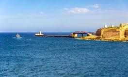 Sikt av den storslagna hamnvågbrytaren i Valletta Royaltyfri Bild