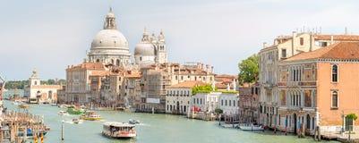 Sikt av den storslagna kanalen med vaporetto och fartyg Fotografering för Bildbyråer