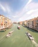 Sikt av den storslagna kanalen med vaporetto och fartyg Arkivbild