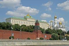 Sikt av den storslagna Kremlslotten och Ivanen den stora Belltoweren moscow Royaltyfria Foton