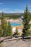 Sikt av den storslagna prismatiska våren för dal i Yellowstone Arkivbilder