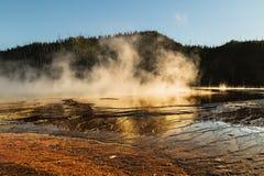 Sikt av den storslagna prismatiska våren på den Yellowstone nationalparken, WY, USA Arkivfoto