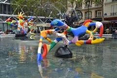 Sikt av den Stravinsky springbrunnen i Paris, Frankrike Royaltyfria Bilder