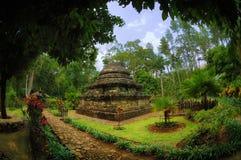 Sikt av den Sumberawan templet bredvid trädgård Royaltyfri Bild