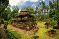 Sikt av den Sumberawan templet bredvid trädgård Arkivfoto
