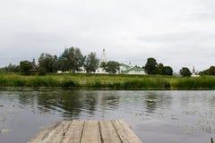 Sikt av den Suzdal Kreml på den motsatta banken av den Kamenka floden Royaltyfri Fotografi