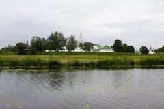 Sikt av den Suzdal Kreml på den motsatta banken av den Kamenka floden Arkivbilder