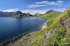 Sikt av den svarta Cuillin bergskedjan över fjorden Scavaig från den kust- banan nära Elgol, ö av Skye, Skotska högländerna, Skot Fotografering för Bildbyråer
