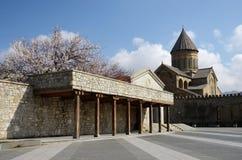 Sikt av den Svetitskhoveli domkyrkan (som bor pelardomkyrkan), Georgia Arkivfoto