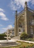 Sikt av den sydliga fasaden av den Vorontsov slotten som dekoreras med skulpturer av lejon och en springbrunn, i Alupka royaltyfri bild