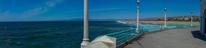 Sikt av den sydliga Kalifornien stranden från pir på panorama för solig dag royaltyfri fotografi