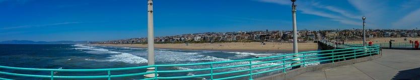 Sikt av den sydliga Kalifornien stranden från pir på panorama för solig dag royaltyfria foton