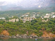 Sikt av den sydliga kusten av Krimet med den Vorontsov slotten Alupka Krim royaltyfri bild