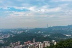 Sikt av den Taipei stadssikten från den Maokong gondolen, Taiwan arkivbild