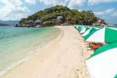Sikt av den thailändska Nang Yuan ön av den Koh Tao ön Royaltyfri Fotografi