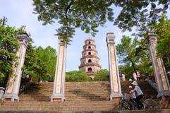 Sikt av den Thien Mu pagoden i ton, Vietnam Arkivfoto