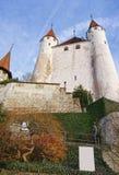 Sikt av den Thun slotten på stenmoment i Schweiz Royaltyfri Bild