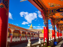 Sikt av den tibetana buddisten Yarchen Gar Monastery Royaltyfria Bilder