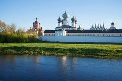 Sikt av den Tikhvin antagandekloster från floden Tikhvinka Tikhvin Ryssland Arkivfoton