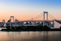 Sikt av den Tokyo bron från odaiba i Tokyo, Japan arkivfoto