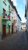 Sikt av den traditionella gatan av Ronda i den historiska mitten av Quito Historen Arkivbild