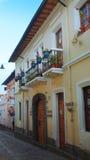 Sikt av den traditionella gatan av Ronda i den historiska mitten av Quito Historen Arkivbilder
