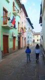 Sikt av den traditionella gatan av Ronda i den historiska mitten av Quito Historen Royaltyfri Foto