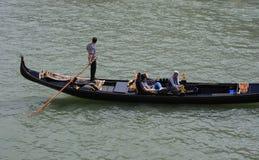 Sikt av den traditionella gondolen på den stora kanalen Royaltyfri Foto