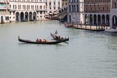 Sikt av den traditionella gondolen på den stora kanalen Arkivfoton