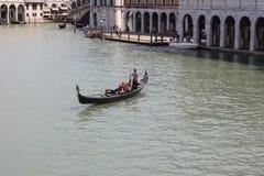 Sikt av den traditionella gondolen på den stora kanalen Royaltyfri Fotografi