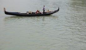 Sikt av den traditionella gondolen på den stora kanalen Arkivfoto