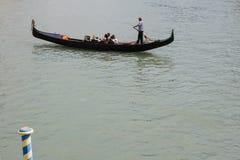 Sikt av den traditionella gondolen på den stora kanalen Royaltyfri Bild