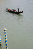 Sikt av den traditionella gondolen på den stora kanalen Arkivbilder