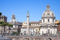 Sikt av den Trajan kolonnen och Santissimoen Nome di Maria. Royaltyfria Bilder