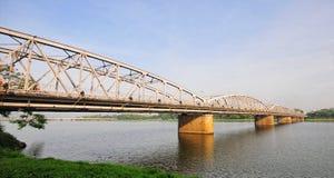 Sikt av den Trang Tien bron och den Huong floden i ton, Vietnam Arkivfoton
