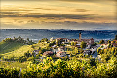 Sikt av den Treiso byn i langhe, nordliga Italien på sen sommar Arkivfoto
