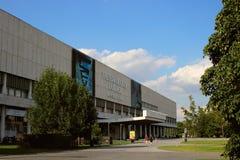 Sikt av den Tretyakov galleribyggnaden på den Crimean axeln royaltyfria bilder