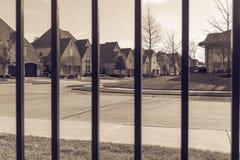Sikt av den trevliga och bekväma grannskapen till och med staketet Fotografering för Bildbyråer