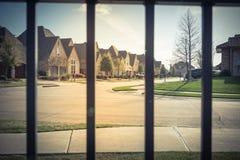 Sikt av den trevliga och bekväma grannskapen till och med staketet Royaltyfri Foto