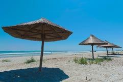 Sikt av den trevliga tropiska tomma sandiga stranden Royaltyfri Bild