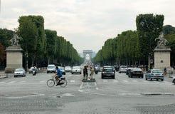 Sikt av den Trumphal bågen i Paris från stället de la Concorde till och med Champset-Elysees fotografering för bildbyråer