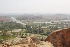 Sikt av den Tungabhadra floden från den bästa apatemplet, Hampi, Indien Arkivfoton