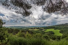 Sikt av den Tuscan bygden från byn av Bagno Vignoni arkivfoton