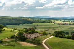 Sikt av den Tuscan bygden från vallarna av Monteriggioni i landskapet av Siena royaltyfri foto