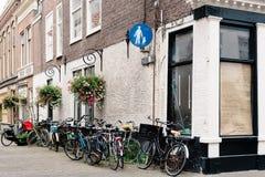 Sikt av den typiska gatan i Haag med parkerade cyklar Arkivbilder