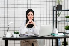 Sikt av den unga muslim doktorn med asken av pillermediciner royaltyfria foton
