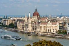 Sikt av den ungerska parlamentet i Budapest vid Danubet River från över Arkivbilder